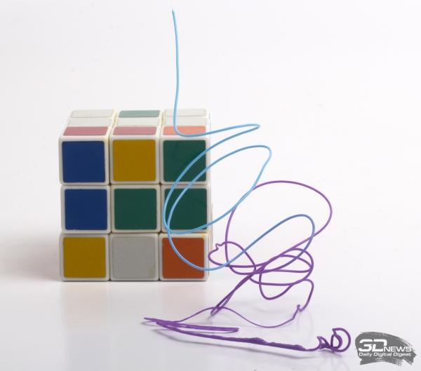 Объемная абстрактная фигура с плавным переходом цвета
