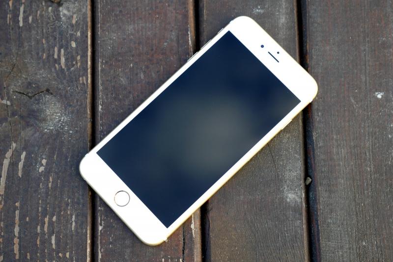Apple iPhone 6s, лицевая панель: над экраном — разговорный динамик, фронтальная камера и датчик освещенности; под экраном — кнопка Home