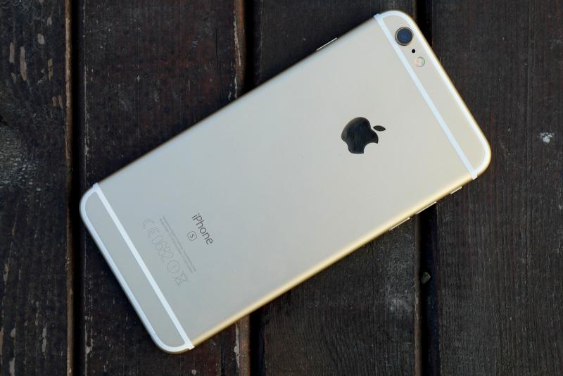 Apple iPhone 6s Plus, задняя панель: в левом верхнем углу — основная камера с двойной светодиодной вспышкой и микрофоном