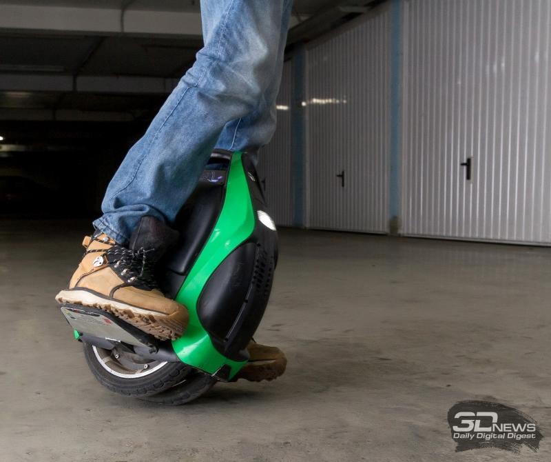 При прохождении крутых поворотов V3 Pro едет на одном колесе из двух