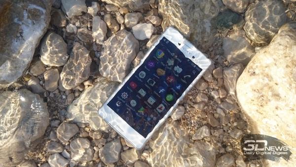 Sony Xperia M4 Aqua Dual в воде Средиземного моря