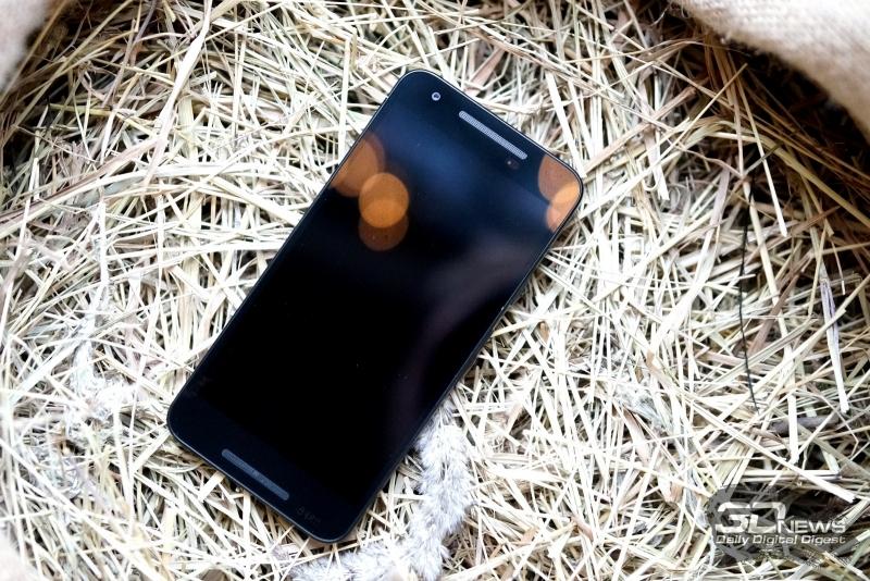 Google Nexus 5X, лицевая панель: сверху и снизу два динамика, над экраном также расположена фронтальная камера и датчики освещения/приближения