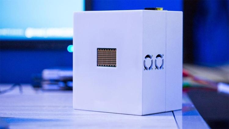 Такой ретранслятор Intel можно монтировать даже на светофорах
