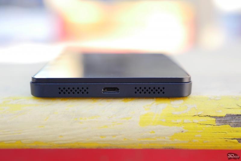 BQ Aquarius E5 HD, верхняя грань: прикрытый пластиковой крышечкой слот для карты памяти microSD и 3,5-мм разъем для наушников