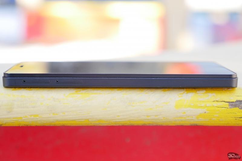 BQ Aquarius E5 HD, левая грань: два раздельных слота для microSIM-карт