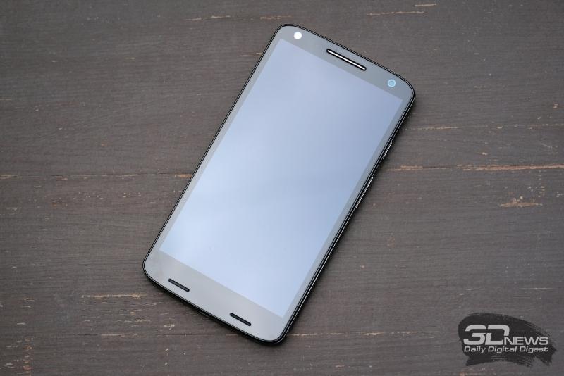 Moto X Force, лицевая панель: над экраном – сенсор освещенности, разговорный динамик и фронтальная камера; под экраном – монодинамик под правой решеткой и блок из пяти (!) разговорных микрофонов под левой