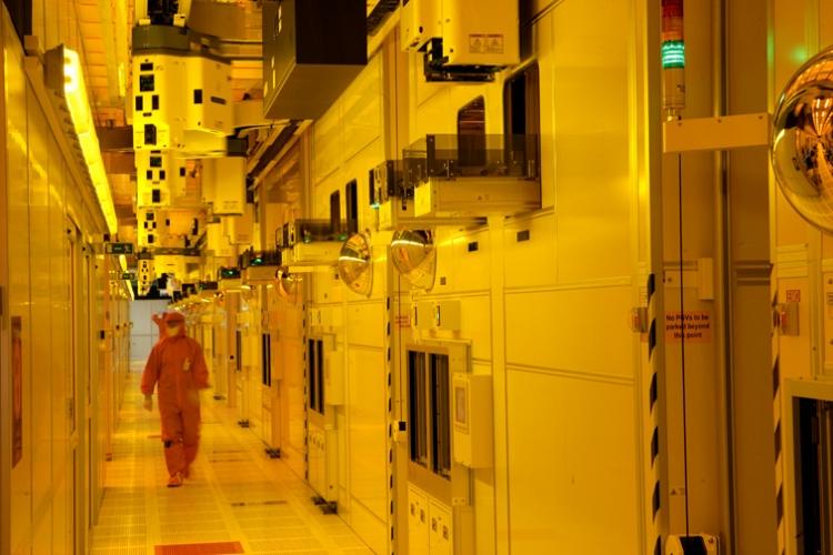 В «чистой комнате» производственного комплекса Intel Fab 24
