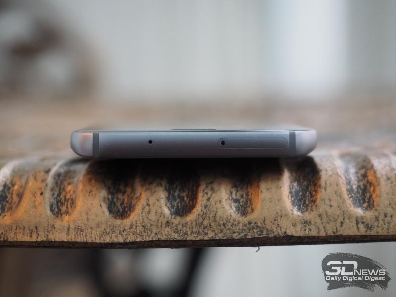 Samsung Galaxy S7, верхняя грань: слот для SIM-карты и карты памяти, а также основной микрофон