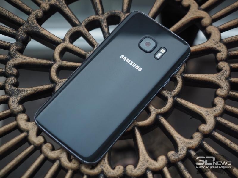 Samsung Galaxy S7, тыльная панель: объектив камеры, светодиодная вспышка и датчик сердечного ритма